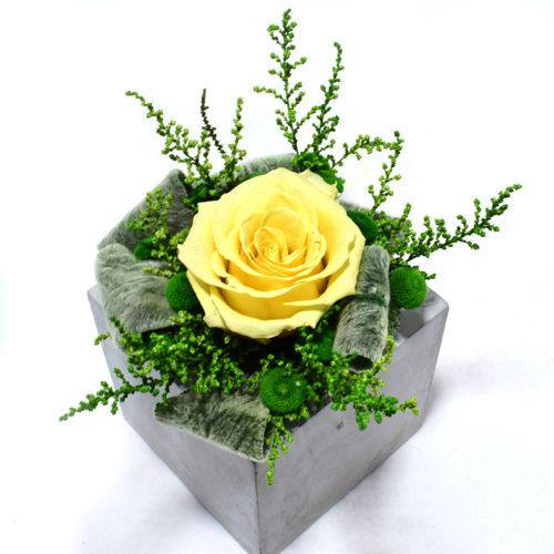 Композиция из цветов для интерьера купить фото