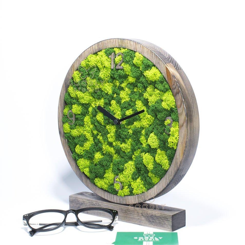 Декоративные настольные часы из дерева и мха