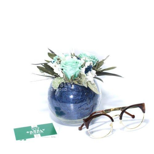 Букет из стабилизированных цветов в стеклянной вазе шаре