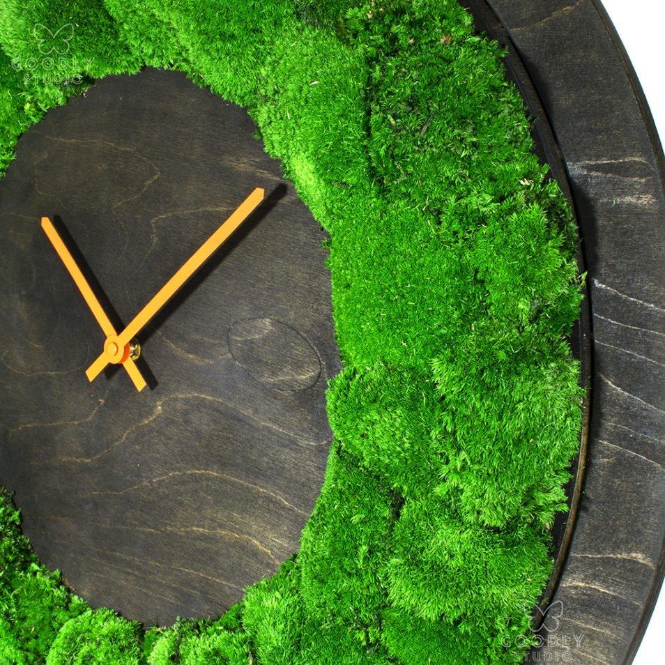 Настенные часы из дерева и мха