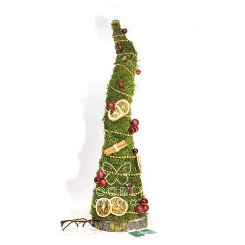 Декоративная елка из стабилизированного мха, с палочками коррицы, дольками апельсина, звездочками аниса, новогодними шарами и декоративными бусами на спиле дерева.